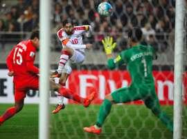 Le capitaine syrien Al-Khatib tente de marquer contre la Corée du Sud de Kwoun Sun-Tae à Seoul. AFP