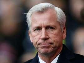 Le manager de Crystal Palace, Pardew observe le match face à Tottenham en Coupe d'Angleterre. AFP