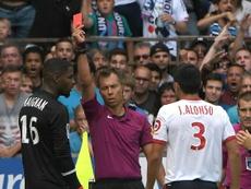 Le gardien lillois Mike Maignan exclu par l'arbitre Johan Hamel contre Strasbourg. AFP