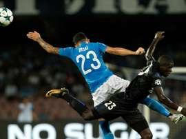 Le défenseur niçois Malang Sarr (d) à la lutte avec celui de Naples Elseid Hysaj. AFP