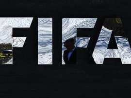 Un homme passe devant le siège de la Fifa, le 18 mars 2016 à Zurich
