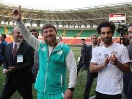 Salah (à droite) avec le dirigeant tchétchène Ramzan Kadyrov. AFP