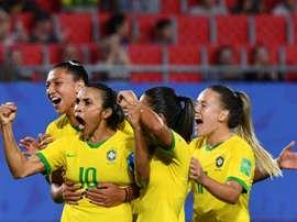 Marta (g) est congratulée par ses coéquipières après avoir inscrit un but contre l'Italie. AFP