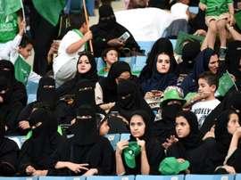Des femmes saoudiennes assistent, dans un stade de Ryad, à une commémoration. AFP
