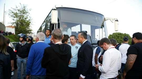 Le bus des joueurs du Havre immobilisé après avoir essuyé des des projectiles près du stade. AFP