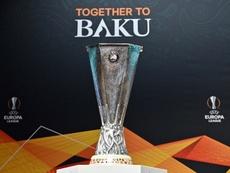 Le trophée de la Ligue Europa exposé lors du tirage au sort des 8e de finale aller. AFP