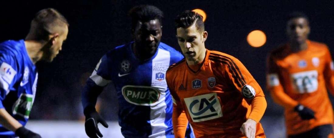 Le Lorientais Maxime Barthelmé avec le ballon lors du match de 8es de finale de la Coupe de France à Sarre-Union, le 10 février 2016