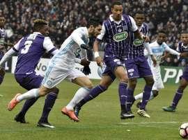 Le milieu de Marseille Rémy Cabella (c) à la lutte avec le défenseur de Toulouse Jacques François Moubandje (g) en Coupe de France, le 8 janvier 2017 à Toulouse