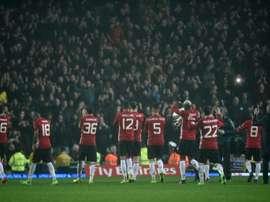 Les joueurs de Manchester United communient avec leurs fans lors du déplacement à Blackburn. AFP