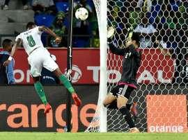 L'attaquant ivoirien Salomon Kalou (g) lors du match contre le Maroc à la CAN. AFP
