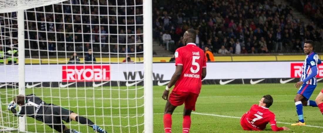 Le gardien de Hannovre Ron-Robert Zieler sincline sur un but de Salomon Kalou (d) pour le Hertha Berlin au stade olympique, le 8 avril 2016