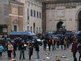 Les forces de l'ordre investissent la Place du peuple. AFP