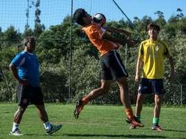 Tout le monde veut apprendre le football. AFP