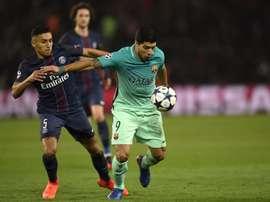 Le défenseur Marquinhos du PSG avec l'attaquant du Barça Suárez lors du match aller de C1. AFP