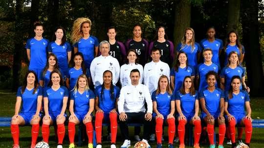L'équipe de France féminine et son encadrement, le 18 octobre 2016 à Clairefontaine. AFP