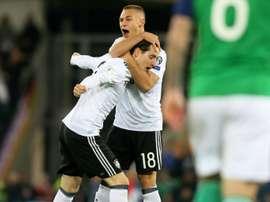 L'Allemand Joshua Kimmich congratule son compatriote Sebastian Rudy après son but. AFP