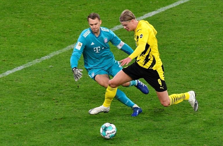 Haaland, ante Neuer en un partido de la Bundesliga