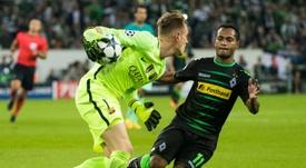 L'attaquant brésilien du Borussia Raffael face au gardien allemand Marc-André ter Stegen. AFP