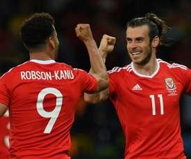 Bale y Kanu son buenos amigos. AFP