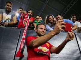 Mata prend des photos avec des supporters après un match de pré-saison contre Club America. AFP