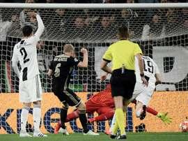 La coincidenza tra il gol di Van De Beek e Nouri. AFP