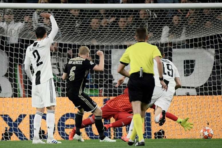 La emotiva coincidencia entre el gol de Van Beek y Nouri. AFP