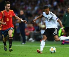 Le défenseur allemand Benjamin Henrichs (d) lors de la finale de l'Euro U21. AFP