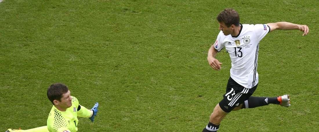 Le gardien nord-irlandais gagne son face-à-face avec lAllemand Thomas Müller, le 21 juin 2016 au Parc des Princes