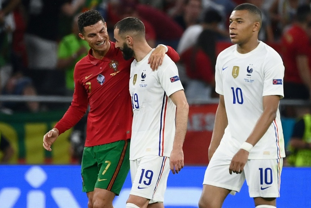 Benzema and Cristiano chatting after the final whistle. AFP/Archivo