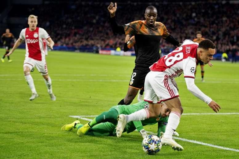 El Bayern se adelanta al Barça en la carrera por Dest. AFP