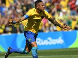 L'attaquant brésilien Neymar fête un but face au Honduras au Maracana lors des JO de Rio. AFP