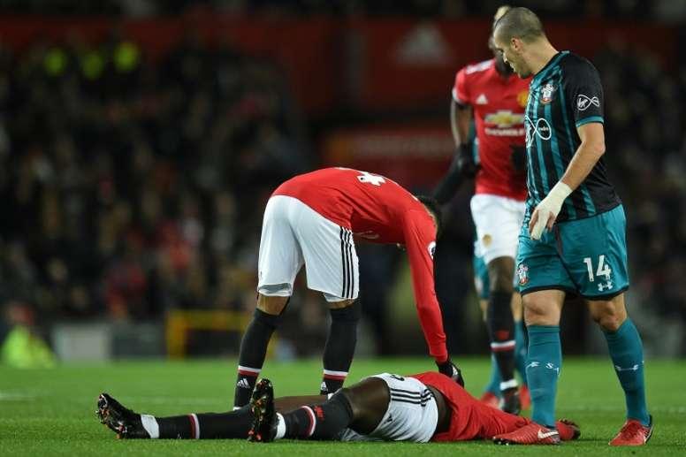 Old Trafford recibió un susto tras el duro choque entre Lukaku y Hoedt. AFP