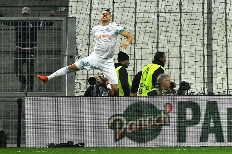 Lucas Ocampos le marcó dos al Athletic en la ida. AFP
