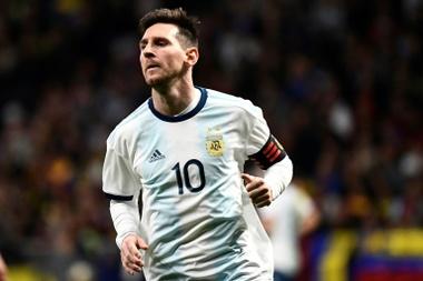 Existem dois Messi: o que joga na Argentina e o que joga no Barcelona. AFP