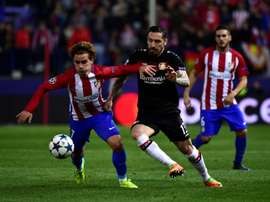 Antoine Griezmann face au défenseur du Bayer Leverkusen Roberto Hilbert. AFP