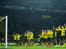 Os jogadores do Dortmund celebram o regresso às vitórias perante a sua 'Parede Amarela'. AFP