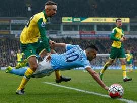 Lattaquant de Manchester City Sergio Aguero (N.10) à la lutte avec le défenseur de Norwich City Gary ONeil (g), le 12 mars 2016 à Norwich