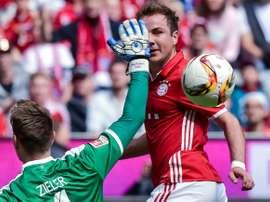 Ron-Robert Zieler face à Mario Götze lors du match de Hanovre face au Bayern, le 14 mai 2016 à Munich
