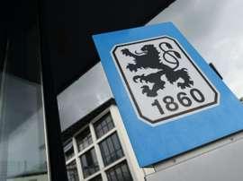 Logo de Munich 1860 sur la façade au siège du club de football bavarois, le 2 juin 2017. AFP