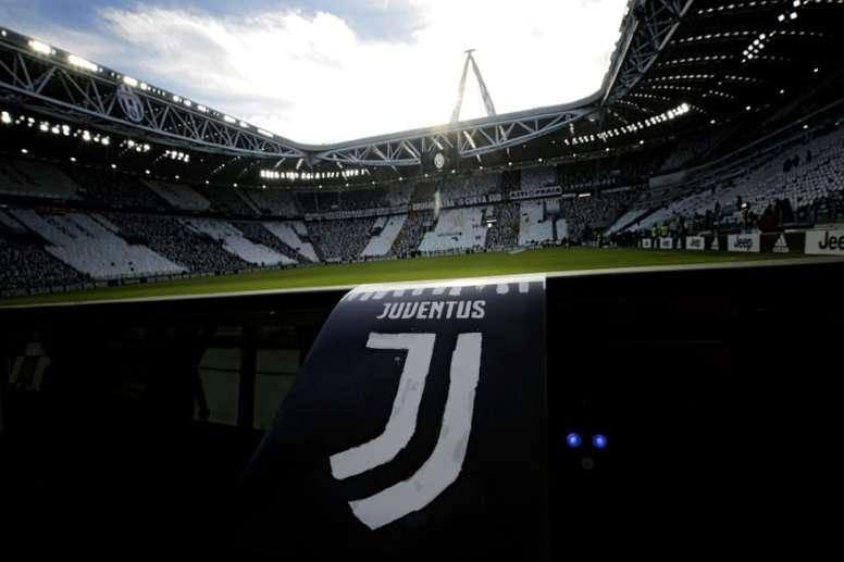 Le nouveau logo de la Juventus sur un prospectus le 22 janvier 2017 à Turin