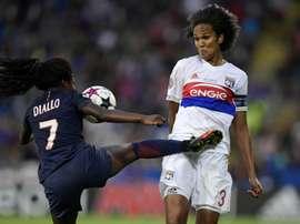 La capitaine de Lyon Wendie Renard à la lutte avec Aminata Diallo du PSG. AFP