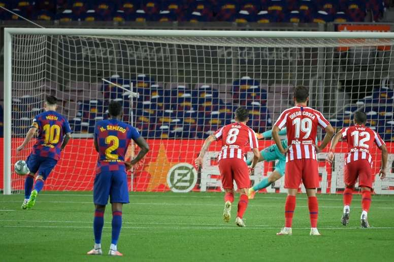 Leo Messi cobrou pênalti de forma arrojada e chegou ao 700º gol da carreira. AFP