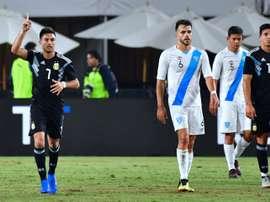 Gonzalo Martinez (c) ouvre le score sur penalty pour l'Argentine. AFP