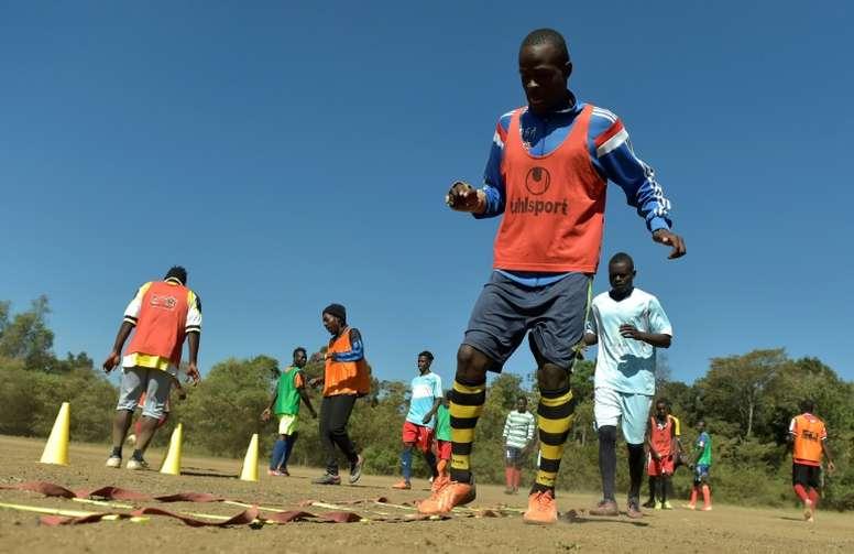 Le Kényan Henry Eshiboko (c) lors dune séance dentraînement avec les Kibera Black Stars. AFP