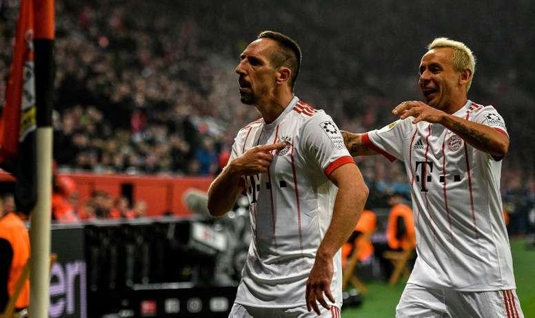 Franck Ribéry pointe l'écusson du Bayern Munich après avoir inscrit le 2e but contre Leverkusen. AFP