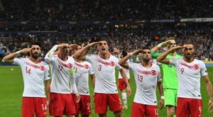 La Turquie défend le salut militaire des joueurs contre la France. AFP