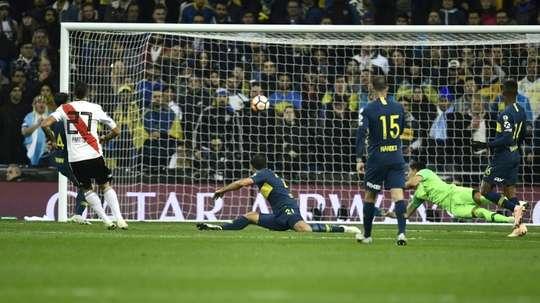 Lucas Pratto (g) buteur lors de la victoire face à Boca Juniors à Madrid. AFP