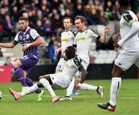 L'attaquant de Toulouse Andy Delort (g) à la lutte avec le défenseur d'Angers Issa Cissokho. AFP