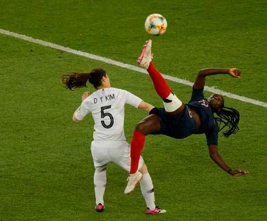 Griedge Mbock (d) lors du match de phase de groupes du Mondial face à la Corée du Sud. AFP