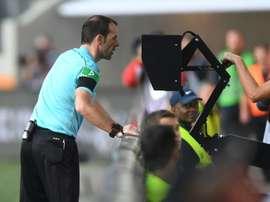 Marco Fritz recourt à l'assistance vidéo à l'arbitrage (VAR). AFP